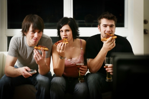 woman-eating-pizza-tv